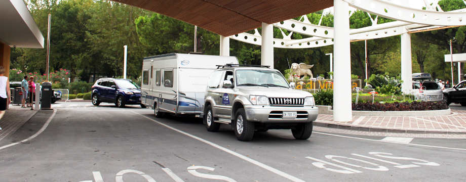 Trasporto e deposito caravan|Caravan transportation and storage|Wohnwagen-Transport und Unterstellung|Transport og opmagasinering af caravan